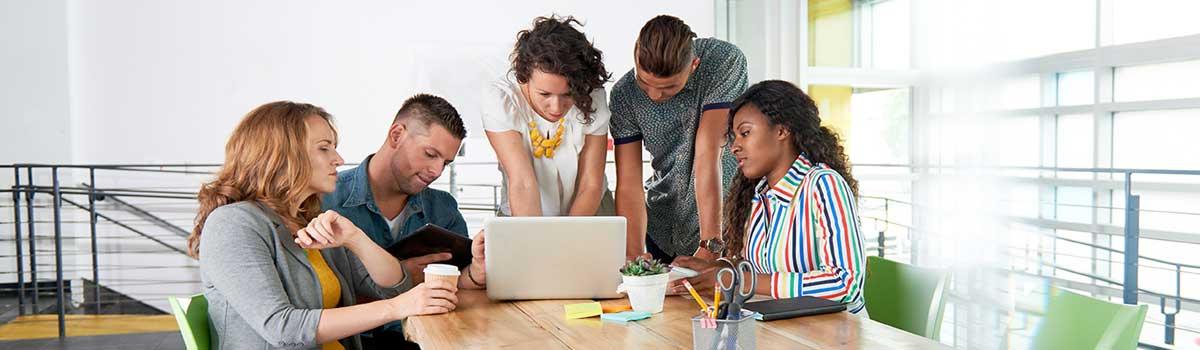 Un grupo de empleados trabaja en un proyecto de inicio.