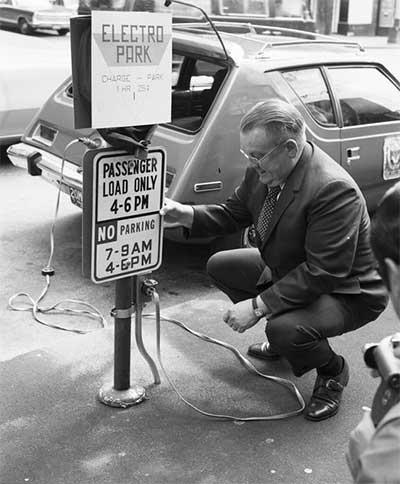 Um AMC Gremlin totalmente elétrico e estação de recarga no centro de Seattle, 1968