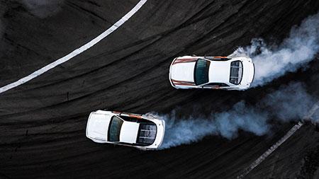 Twee prototypes testen nieuwe technologieën op een racebaan.