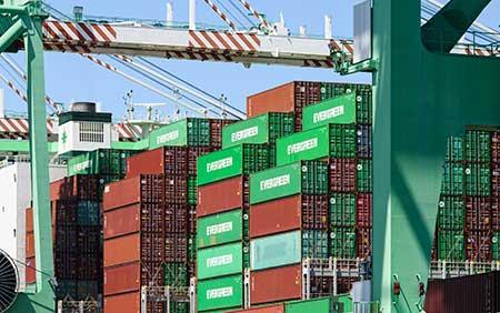 Um navio porta-contêineres é preparado para navegar no Porto de Tacoma.